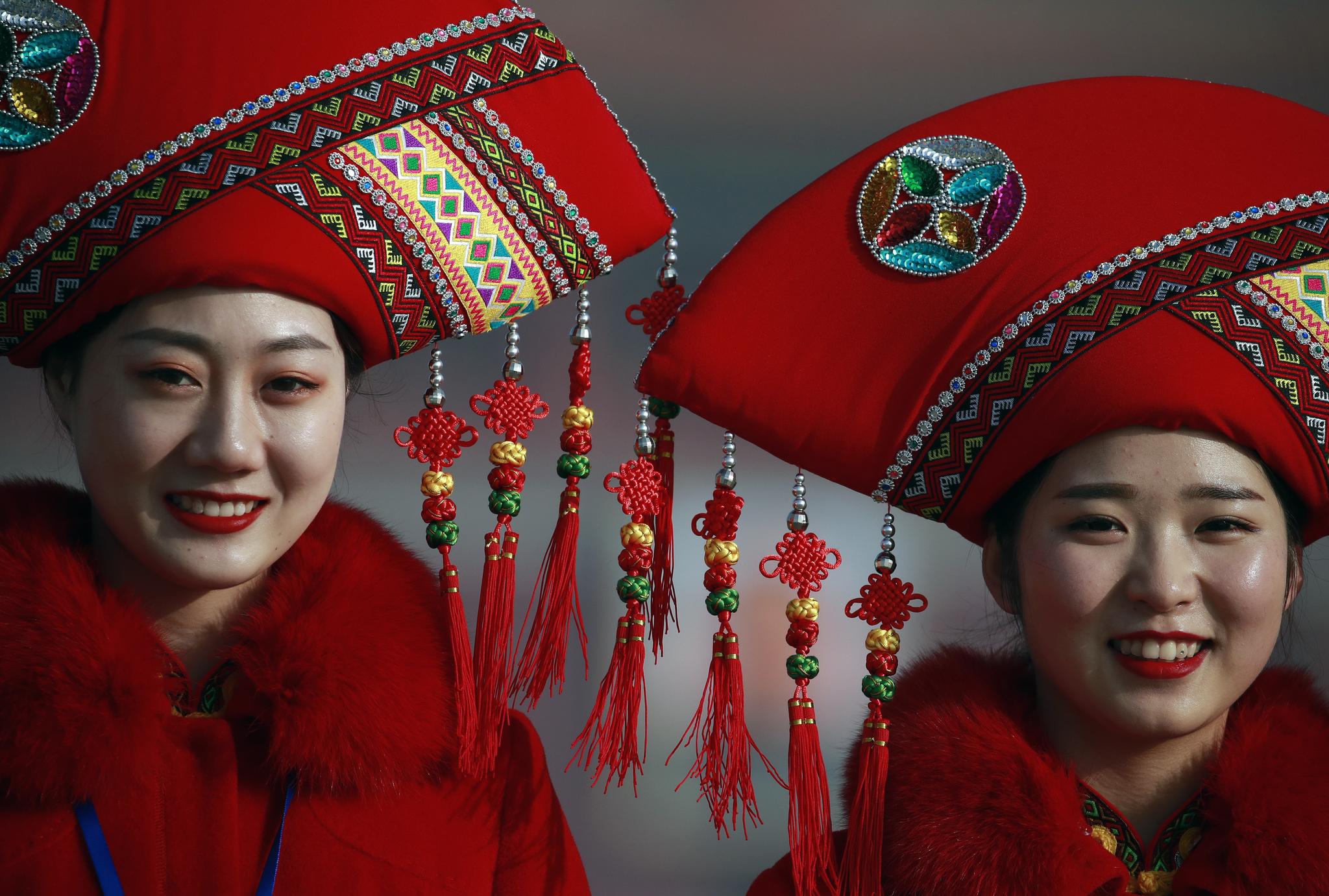 5일 베이징 인민대회당에서 전인대 개막식이 열리기에 앞서 중국 소수민족 의상을 입은 안내인들이 천안문광장에서 카메라 포즈를 취하고 있다. [EPA=연합뉴스]