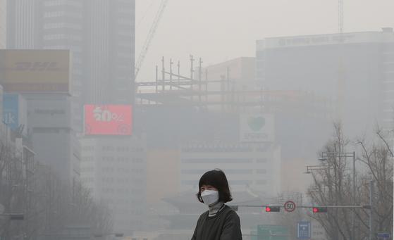 최악의 미세먼지가 이어진 5일 오후 서울 중구 서울광장 일대에서 마스크를 쓴 시민이 길을 걷고 있다. . 2019.3.5/뉴스1