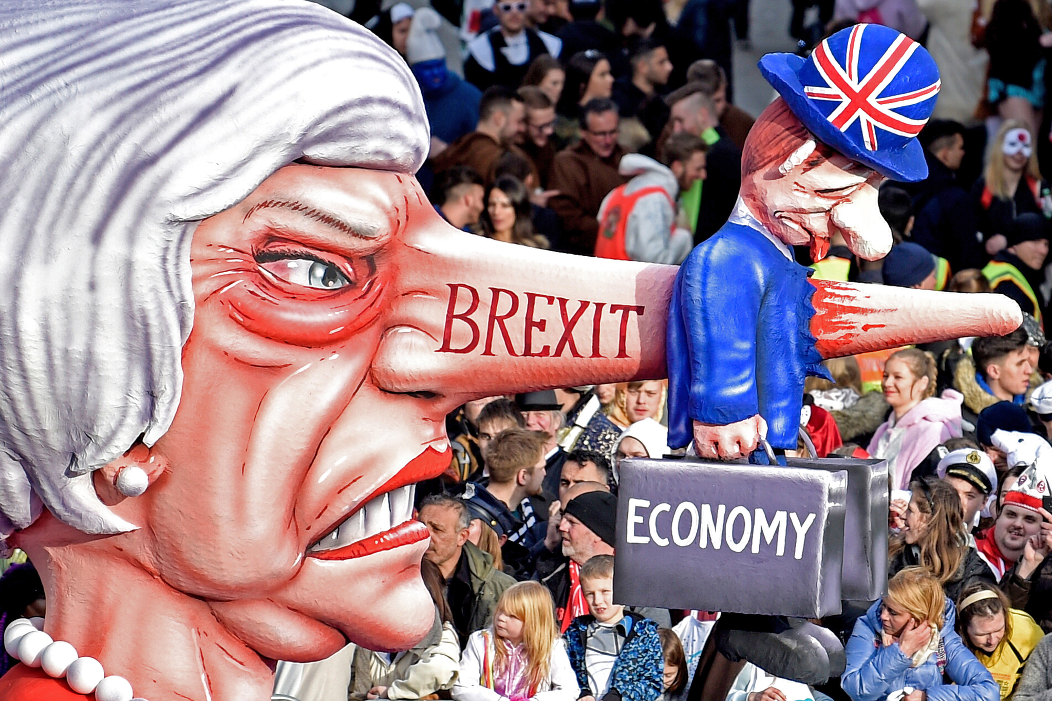 4일 뒤셀도르프에서 열린 로즈먼데이 카니발에 등장한 영국 메이 총리의 조형물. 마녀형상의 메이 총리의 코가 경제라고 적힌 가방을 든 영국 신사를 꿰뚫고 있다. 메이 총리의 코에는 브렉시트(영국의 유럽연합(EU) 탈퇴)가 적혀있다. [EPA=연합뉴스]