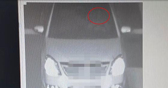 """보복운전 사건이 있었던 7월24일 보복운전을 한 후 17분 뒤인 오전 2시55분경 오씨는 속도위반으로 무인단속기에 적발됐다. '대리기사가 운전했다""""는 오씨 주장과는 달리 직접 운전대를 잡고 있는 모습이 당시 사진에 찍혔다. [관악경찰서 제공]"""