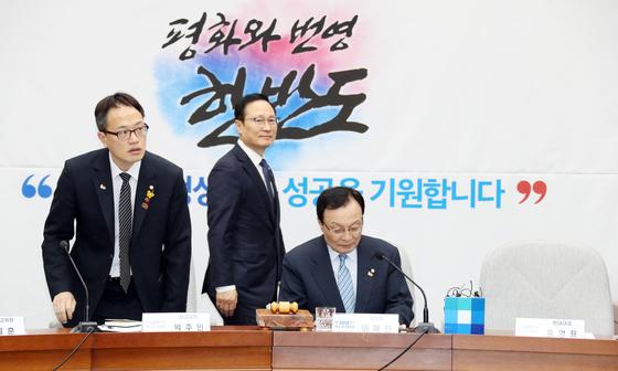 박주민 더불어민주당 최고위원이 당 확대간부회의에 참석하고 있다. 왼쪽부터 박 최고위원, 홍영표 원내대표, 이해찬 대표. 변선구 기자