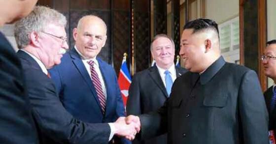 김정은 북한 국무위원장과 존 볼턴 백악관 국가안보보좌관이 지난해 6월 12일 싱가포르 정상회담에서 만나 악수를 나누고 있다. [사진 노동신문]