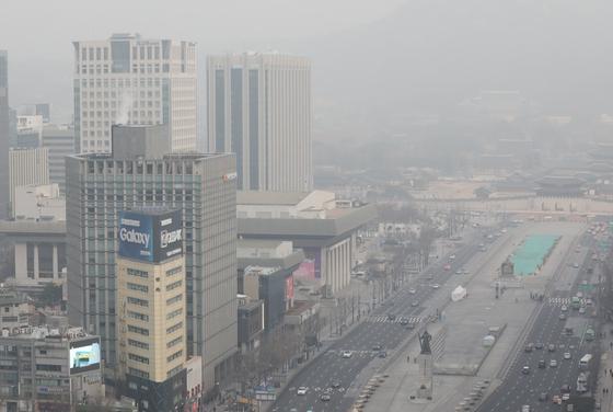 수도권 미세먼지 비상저감조치가 6일째 시행되고 있는 6일 오전 서울 종로구 광화문 광장 일대가 뿌옇다. [뉴스1]