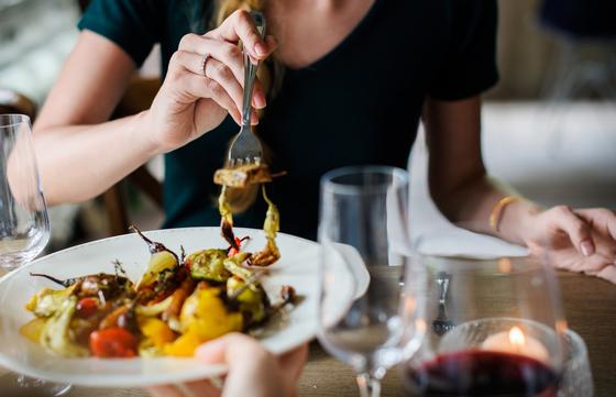 먹는 것이 그 사람의 건강을 결정한다. 최근 10년간 한국인의 사망과 장애에 영향을 미치는 원인을 분석해 보니 식품으로 인한 건강위험이 전체 사망과 장애의 10%를 상회하는 큰 요인으로 나타났다. [사진 pixabay]