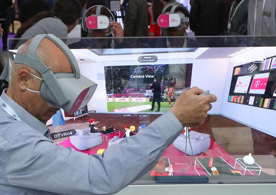 26일(현지시간) 스페인 바르셀로나 피라그란비아 전시관에서 열린 'MWC19' SK텔레콤 부스에서 관람객들이 소셜 VR을 체험하고 있다. 소셜VR은 VR 가상공간에서 다른 사용자와 네트워크로 접속해 스포츠, 영화 등 각종 영상을 같이 시청하거나 상호 소통할 수 있는 서비스로, SKT와 DT는 '소셜 VR' 플랫폼을 연결, 상대 전시관에 있는 관람객과 소통하며 콘텐츠를 즐길 수 있다. [사진공동취재단]