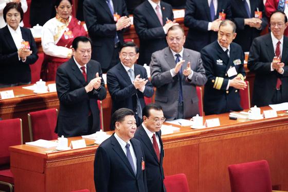 시진핑 중국 국가주석(앞줄 왼쪽)과 리커창 총리가 5일 베이징 인민대회당에서 열린 전국인민대표대회 개막식에 입장하고 있다. [AP=연합뉴스]