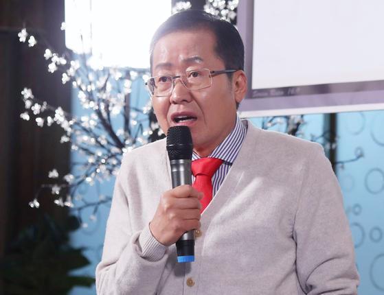 홍준표 자유한국당 전 대표가 8일 오후 경남 창원시 성산구 한 식당에서 자신의 유튜브 채널 TV홍카콜라 생방송을 진행하고 있다. [연합뉴스]
