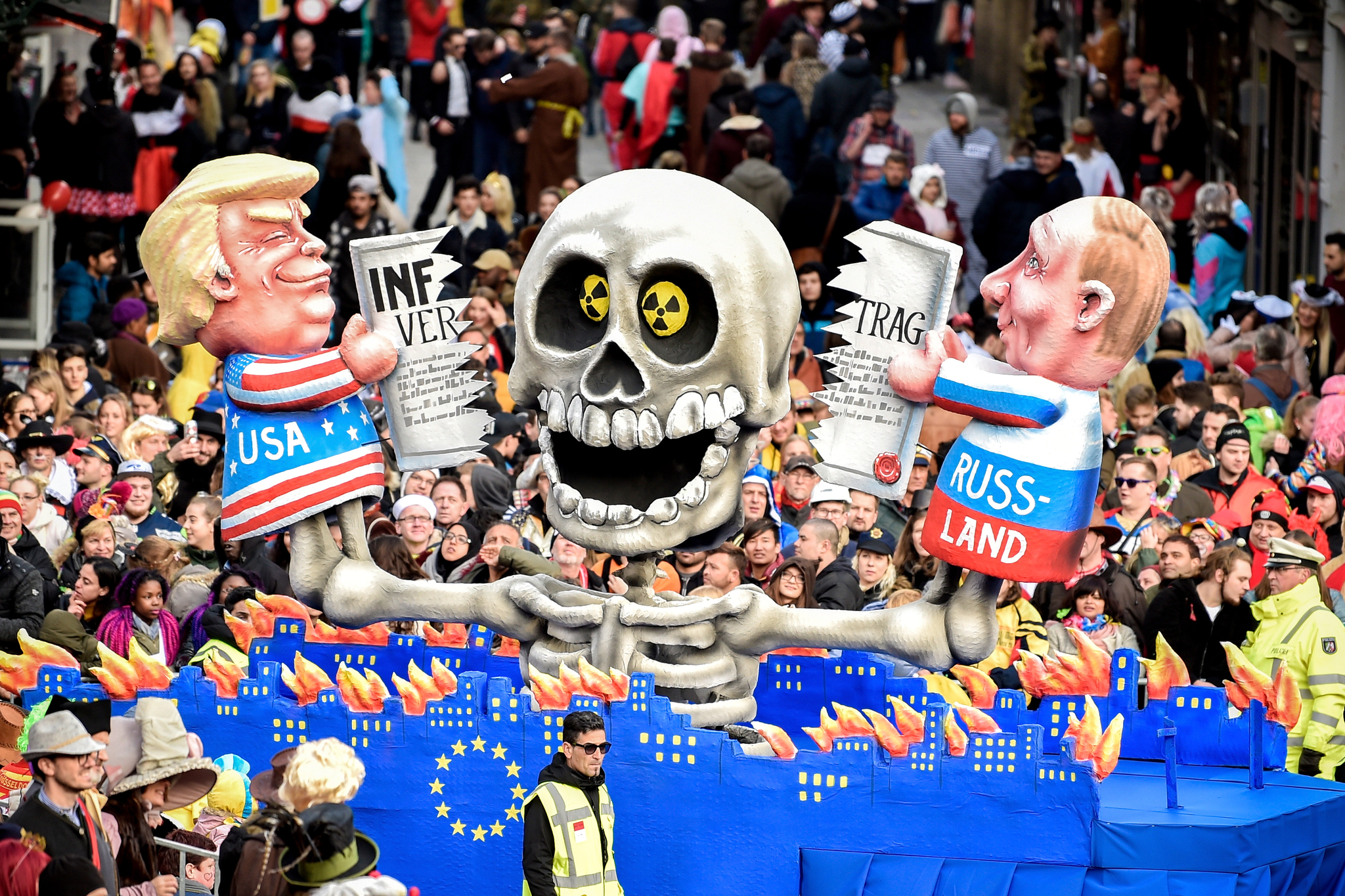 4일 독일 뒤셀도르프에서 개막한 로즈먼데이 카니발에 등장한 트럼프 미국 대통령과 푸틴 러시아 대통령의 조형물. 불타고 있는 유럽 도시들 위로 트럼프 대통령과 푸틴 대통령이 중거리핵전력(INF) 조약서를 찢고 있다. [EPA=연합뉴스]