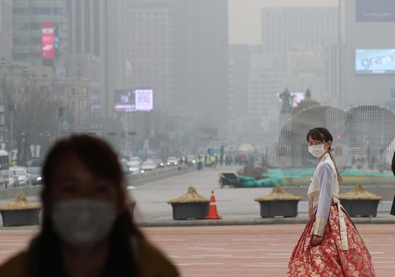 최악의 미세먼지 속에 한복을 곱게 차려입은 시민들이 6일 서울 광화문에서 기념촬영하고 있다. 오종택 기자.