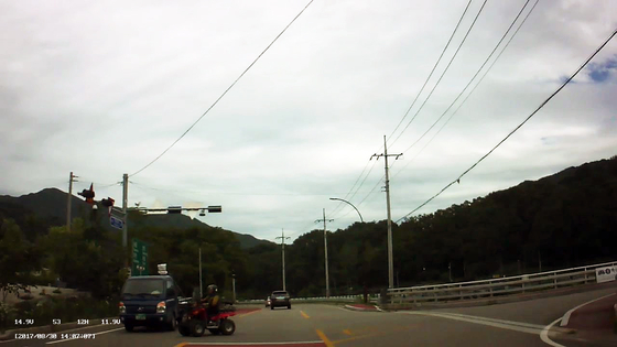 사륜오토바이 도로를 횡단하다 트럭과 부딪히기 직전의 모습. [사진 경남경찰청]