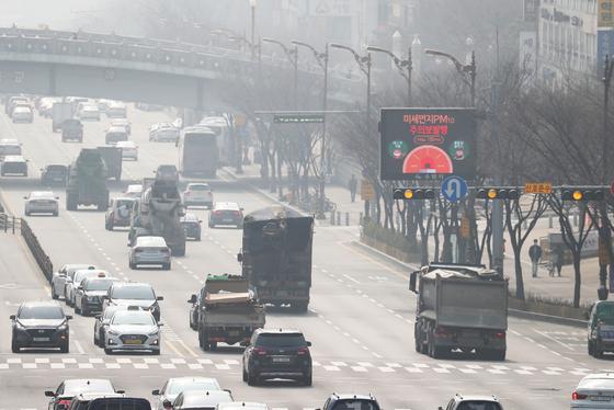 경기도 수원, 안산, 안양 등 중부권에 초미세먼지(PM 2.5) 경보가 발령된 4일 오후 경기도 수원시 영통구 봉영로 일대가 뿌옇다. [연합뉴스]