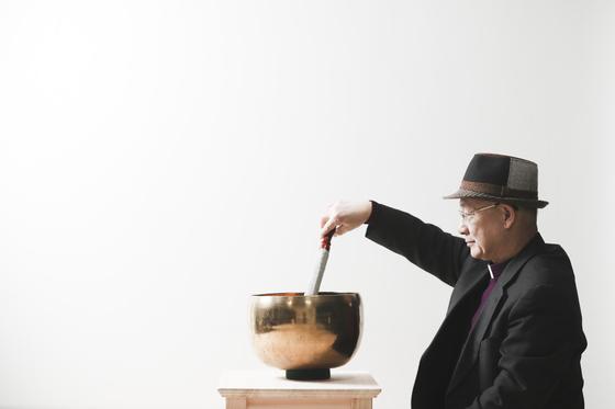명상 도구를 이용해 소리를 내면서 윤종모 주교가 명상을 이끌고 있다. 김경록 기자