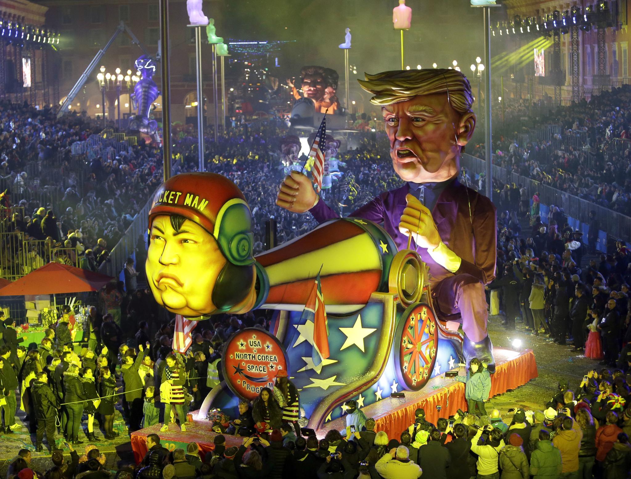 지난해 2월 17일 프랑스에서 열린 니스 카니발에서 등장한 도널드 트럼프 미국 대통령과 김정은 북한 국무위원장의 조형물. 김 위원장이 로켓맨이라 적힌 헬멧을 쓰고 있다. [AP=연합뉴스]