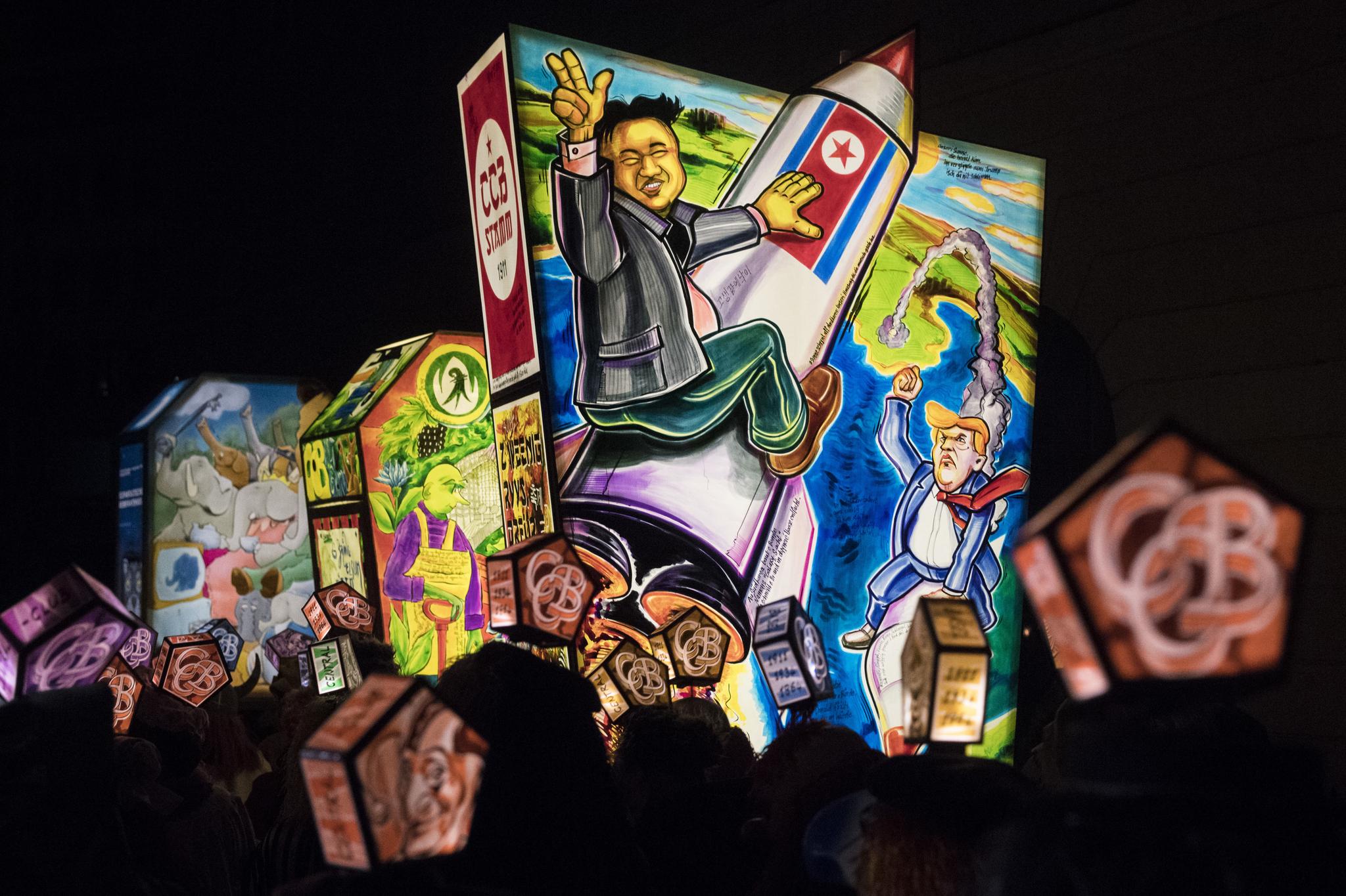 지난해 2월 19일 새벽 스위스 바젤에서 열린 카니발에 김정은 북한 국무위원장의 모습이 표현된 조형물을 든 사람들이 퍼레이드를 하고 있다. [AP=연합뉴스]