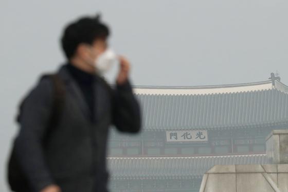 5일 오전 시민들이 서울 광화문 사거리 인근을 지나고있다. 장진영 기자