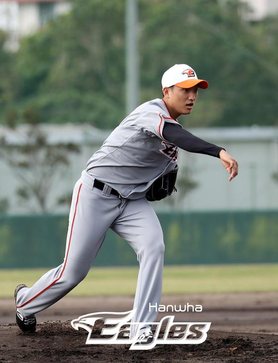 오키나와 고친다구장에서 훈련중인 신인 투수 김이환. [사진 한화 이글스]