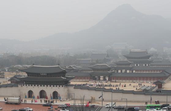 수도권 지역에 미세먼지 비상저감조치가 엿새째 이어지고 있는 6일 오후 서울 종로구 경복궁 주변에 미세먼지가 가득하다. [연합뉴스]