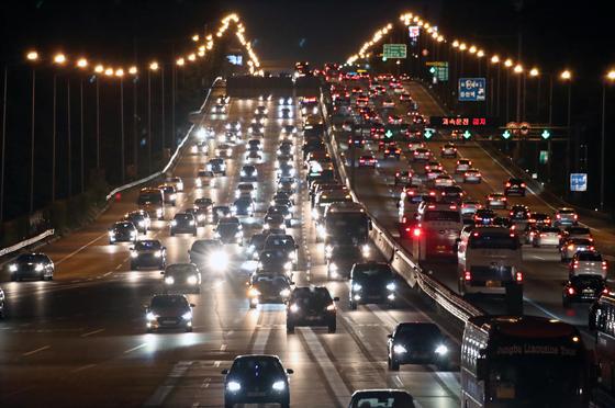 지난해 9월 추석 귀경길 궁내동 서울요금소 인근 경부고속도로. 상행선(왼쪽)에 차량이 몰리고 있다. [연합뉴스]