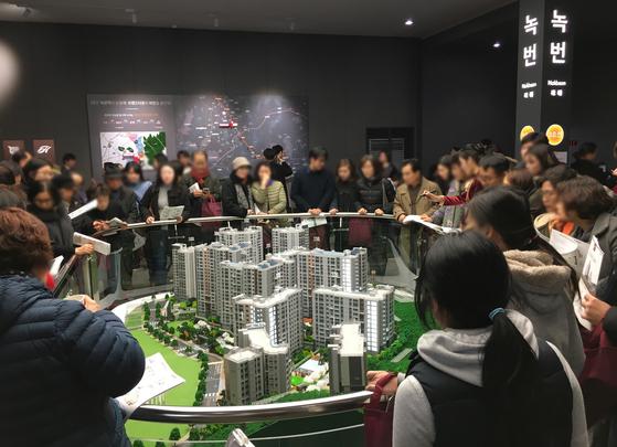 지난해 11월 서울 은평구 응암동에서 분양한 '힐스테이트 녹번역' 견본주택의 모습. [사진 현대건설]