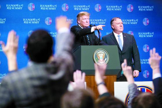 도널드 트럼프 미국 대통령이 28일(현지시간) 베트남 하노이 JW 메리어트 호텔에서 열린 기자회견에서 질문할 기자를 지목하고 있다. 오른쪽은 마이크 폼페이오 국무장관. 이날 기자회견은 40여 분간 진행됐고, 약 350석이 마련된 기자회견장은 내외신 기자들로 통로까지 빈틈 없이 가득 찼다. [하노이 AP=연합뉴스]