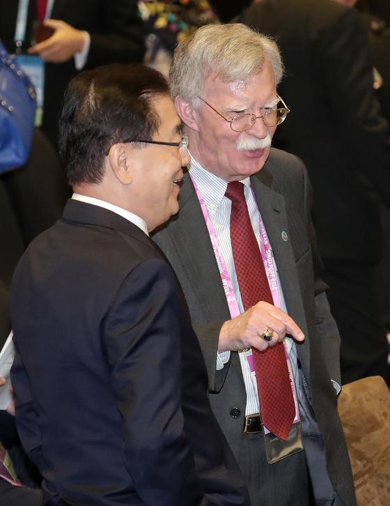 정의용 국가안보실장과 존 볼턴 미 백악관 국가안보보좌관이 지난해 11월 15일 오전(현지시간) 싱가포르 선텍(Suntec) 컨벤션 센터에서 열린 동아시아 정상회의에 참석해 대화하고 있다. 연합뉴스