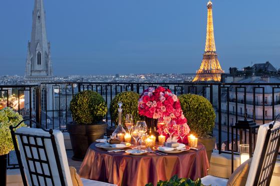 샹젤리제 거리에 자리한 포시즌스 호텔 조지 V는 에펠탑 전망이 빼어나다. [사진 프랑스관광청]