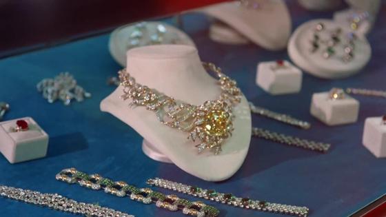 영화 '티파니에서 아침을'의 주인공 홀리(Holly, 오드리 헵번 분)가 맘에 든다고 한 목걸이. 이 목걸이가 128.54캐럿의 옐로 다이아몬드가 세팅된 '리본 조제트'이다. [사진 영화 '티파니에서 아침을' 화면 캡처]