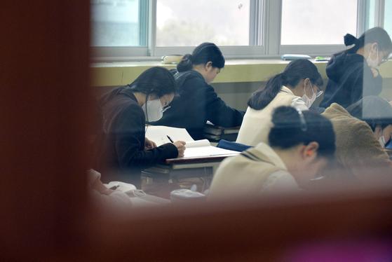올해 첫 고교 모의고사인 3월 전국 연합학력평가가 7일 오전부터 전국 고등학교 1·2·3학년 학생을 대상으로 실시됐다. 이날 대전 서대전여고에서 3학년 수험생들이 1교시 국어영역문제를 풀고 있다. 프리랜서 김성태