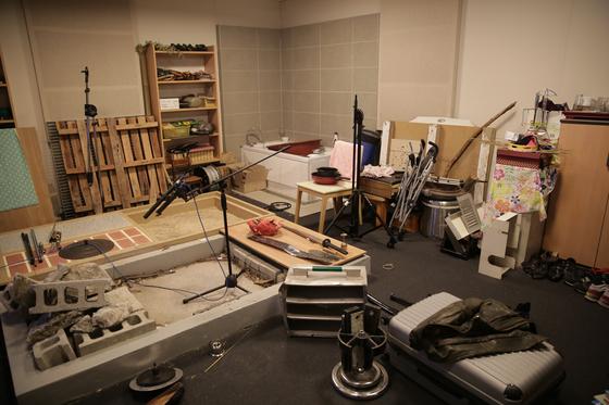 엔씨소프트 판교 사옥 지하2층에 위치한 폴리 녹음실. 잡동사니가 가득한 이곳에서 게임에 들어가는 다양한 소리들이 만들어 진다. 사진 엔씨소프트