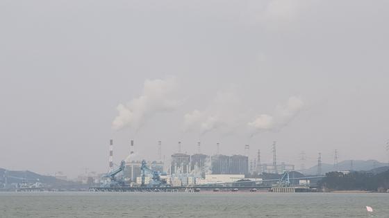 당진화력발전소 전경. 이달 15일부터 화력발전소 연료를 기존 중유를 대신해 바이오 중유를 사용할 수 있다. [중앙포토]