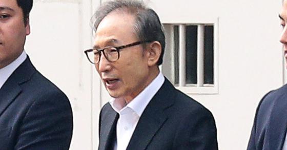 6일 오후 이명박 전 대통령이 항소심에서 보석으로 풀려나 서울 동부구치소를 나서고 있다. 장진영 기자