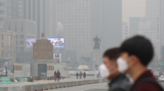 서울이 미세먼지에 6일째 갇혔다. 6일 서울 광화문에서 행인들이 마스크를 착용한 채 거리를 지나고 있다. 오종택 기자