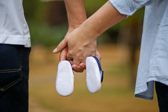 민법은 아내가 혼인 중에 임신, 출산 하거나 혼인 후 200일 이후에 아이를 출산하는 경우 현재 남편이 생물학적으로 아이의 아버지가 아니더라도 법률적으로 친자관계를 추정한다. 따라서 부모가 아이를 키우겠다고 마음먹는다면 사례자는 아이 아빠라고 나서서 인지할 수 없다. [사진 pixabay]