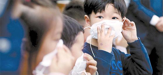 수도권에 엿새 연속 미세먼지 비상저감조치가 시행된 6일 오후 서울 용산구 청파어린이집 어린이들이 공기청정기가 설치된 교실에서 미세먼지 대응 수업을 하고 있다. 보건복지부는 국비 136억원을 투입해 지난해 10월부터 지난 2월까지 1만4948개 어린이집에 공기청정기 5만3479대를 보급했다고 발표했다. [뉴시스]