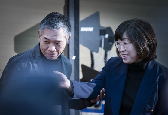 정태춘 박은옥 부부가 서울 충무아트센터에서 열린 기자간담회장에 들어서고 있다. 권혁재 사진전문기자