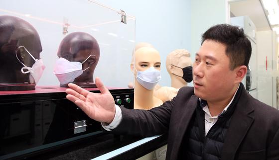 유한킴벌리 가정용품 부문 김세현 부장이 마스크의 누설율에 대해 설명하는 모습. [사진 유한킴벌리]