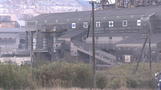 후쿠오카현 다가와에 있는 아소시멘트 공장 전경. 공장벽면에 아소 가문의 문양이 붙어있다. 윤설영 특파원