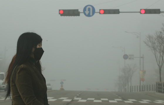 7일 오전 미세먼지 농도 '매우 나쁨' 수준을 보인 경기도 오산시내의 거리가 뿌옇게 보이고 있다.[뉴스1]