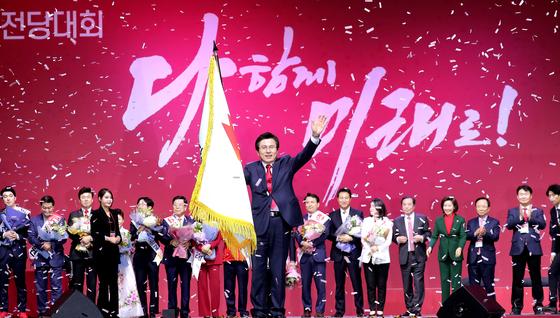 황교안 자유한국당 대표가 27일 경기도 고양시에서 열린 전당대회에서 인사하고 있다. 변선구 기자