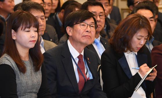김상조 공정거래위원장이 지난달 14일 청와대에서 열린 '자영업·소상공인과의 대화'에 참석해 발언을 듣고 있다. [청와대사진기자단]