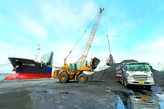 북한산 석탄을 반입한 의혹을 받는 진룽호가 정박 중인 경북 포항신항에서 7일 석탄 하역작업이 진행되고 있다. [뉴스1]
