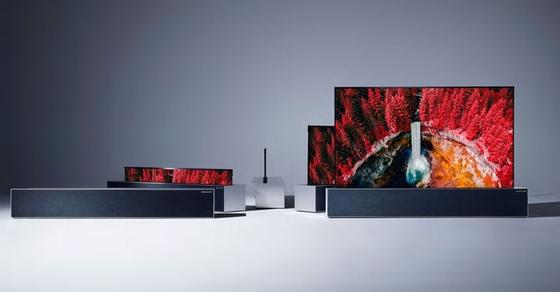 LG전자는 6일 신형 올레드TV 발표장에서 CES에 출품했던 화면을 돌돌 말아 상자에 넣는 롤러블TV를 하반기 출시하겠다고 밝혔다. [사진 LG전자]