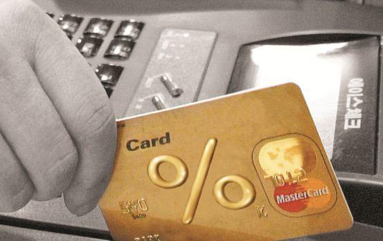 지난해 체크카드 하루 평균 이용 결제액이 5020억원을 기록했다. [중앙포토]