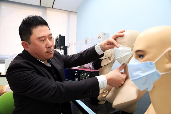 유한킴벌리 가정용품 부문 김세현씨가 올바른 마스크 착용법에 대해 설명하고 있다. [사진 유한킴벌리]