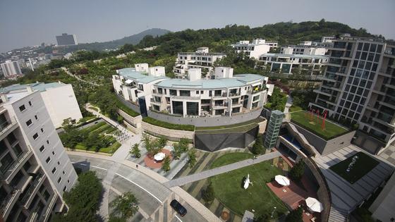 지난해 공시가격 30억원 초과 초고가 주택이 가장 많은 서울 용산구 한남동 한남더힐. 전체 600가구 중 242가구의 공시가격이 31억2000만~54억6400만원이었다.