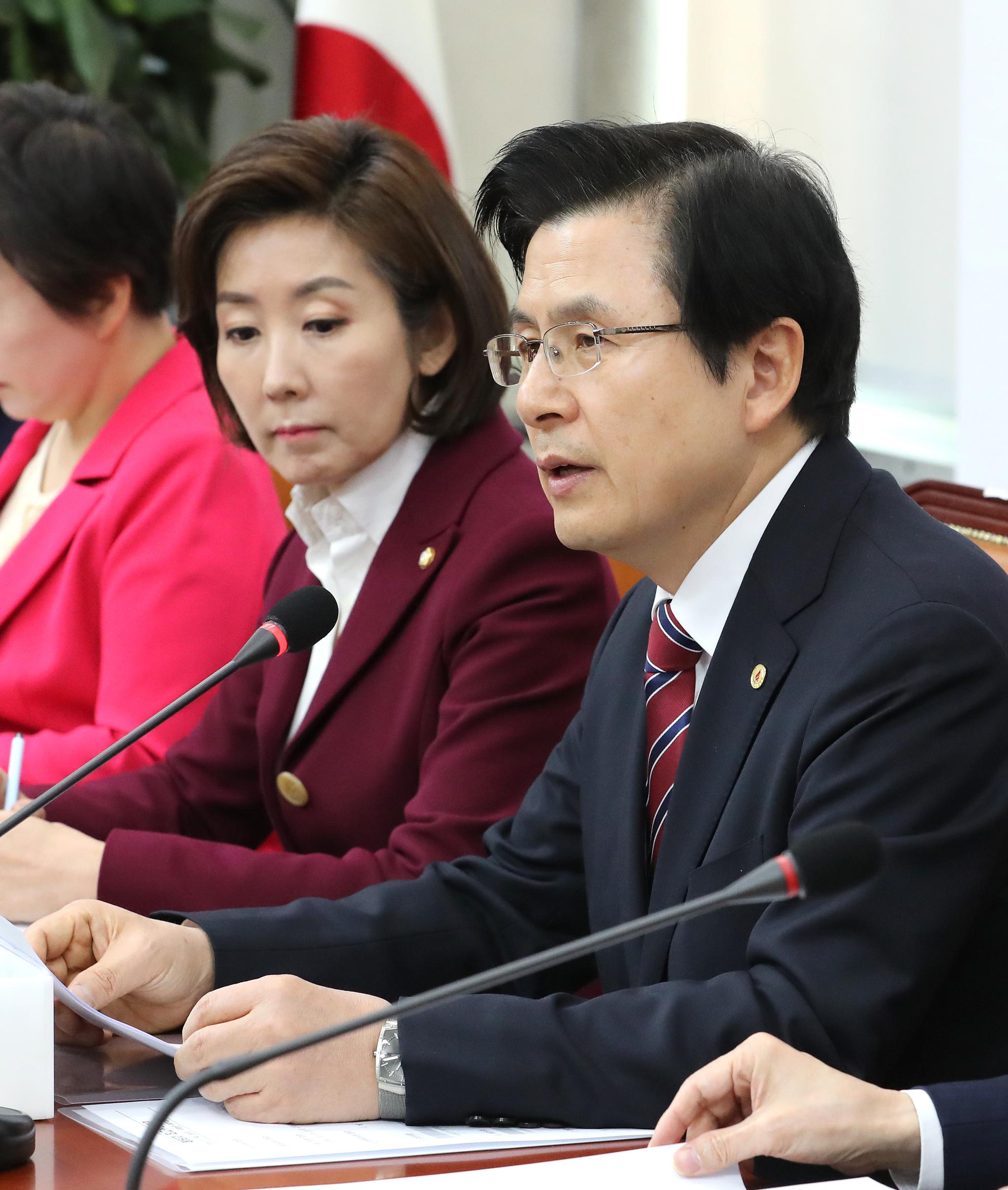 자유한국당 황교안 대표(오른쪽)가 7일 오전 국회에서 열린 최고위원회의에서 발언하고 있다. [연합뉴스]
