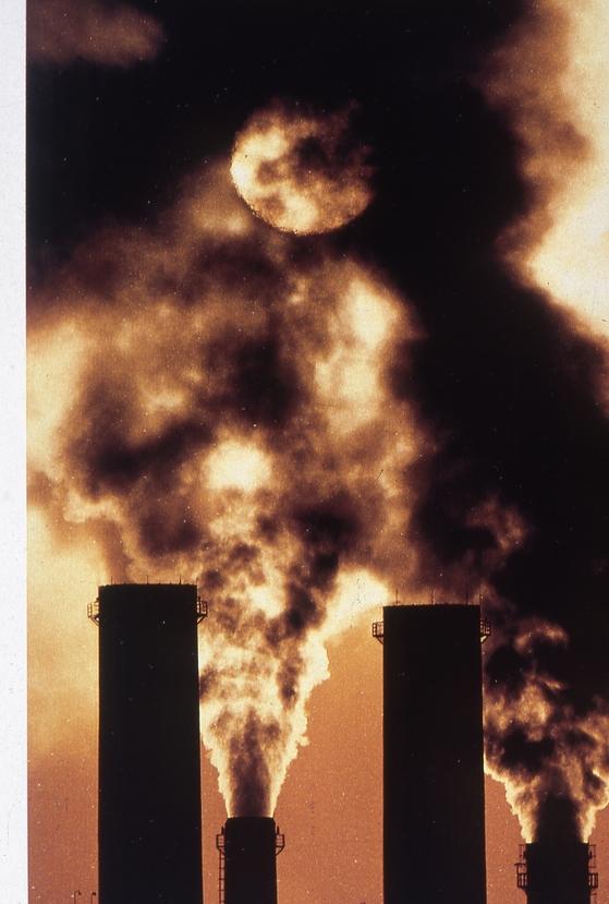매연을 내뿜는 공장, 앞으로는 분광학적 방법을 사용하면 공장 굴뚝에 올라가지 않고도 오염 배출을 측정할 수 있게 된다. [중앙포토]