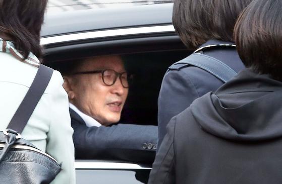 1심에서 징역 15년을 선고받고 수감 중이던 이명박 전 대통령(가운데)이 6일 오후 보석(보증금 등 조건을 내건 석방)으로 풀려났다. [연합뉴스]