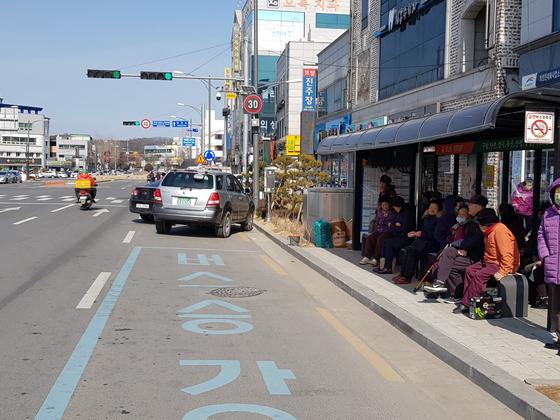 의성군 의성읍 역전오거리 부근 버스 승강장에서 고령의 주민들이 의자에 앉아 버스를 기다리고 있다. 오영환 기자