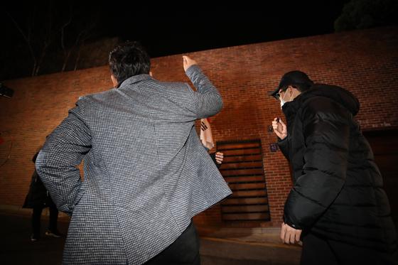 6일 법원으로부터 보석 허가를 받아 조건부 석방된 이명박 전 대통령의 서울 강남구 자택에 앞에서 시민단체인 조선의열단 관계자가 항의하고 있다. [연합뉴스]